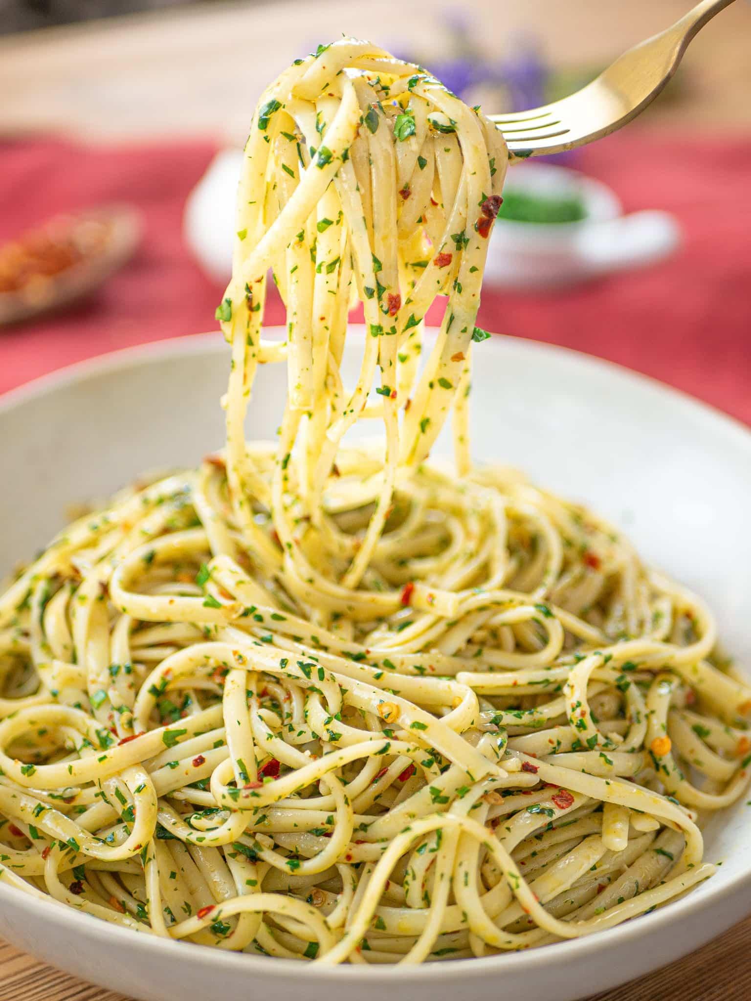 Forchettata di pasta aglio olio e peperoncino
