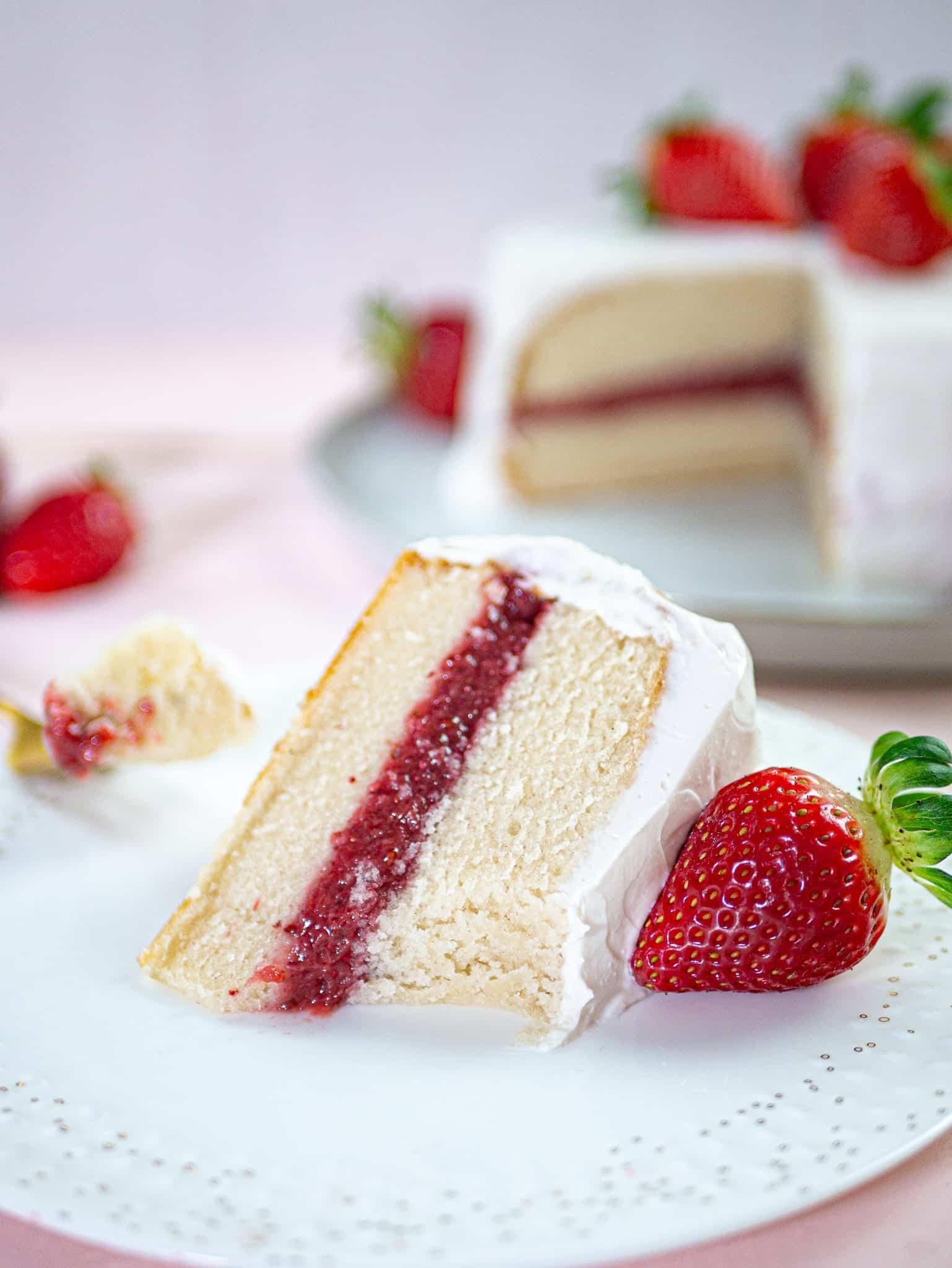 torta vaniglia fragole e panna vegana appena mangiata