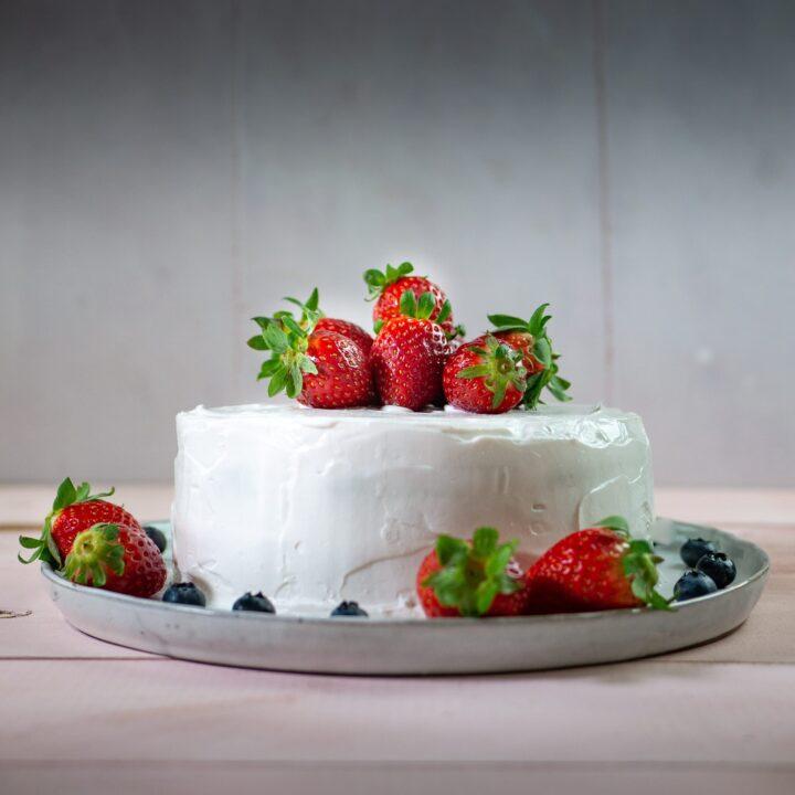 torta di pan di spagna vegano alla vaniglia con fragole e panna