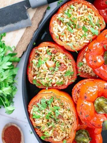 peperoni ripieni vegani con riso e erbe aromatiche cotti in pentola
