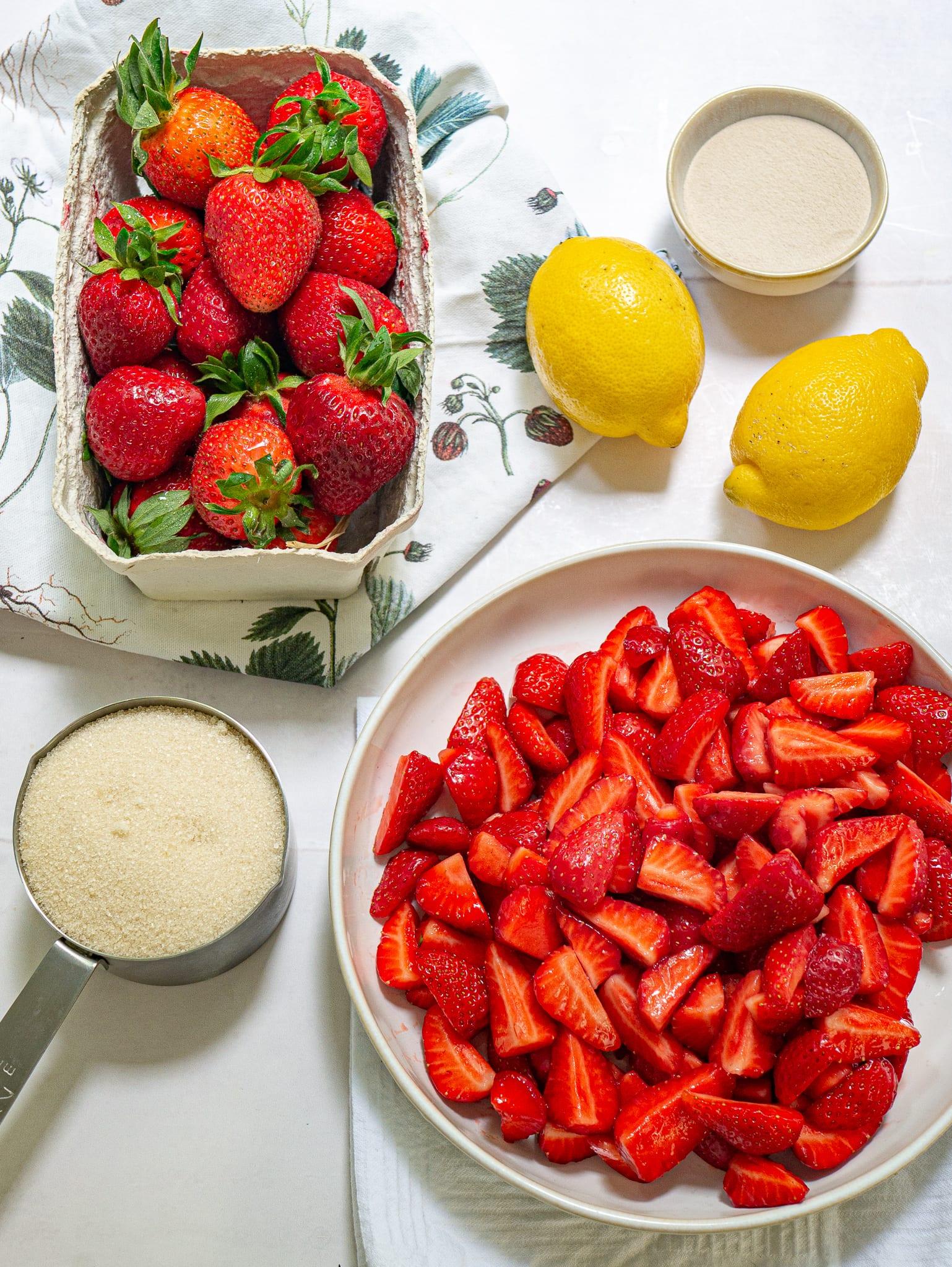 ingredienti per una buona marmellata di fragole fatta in casa