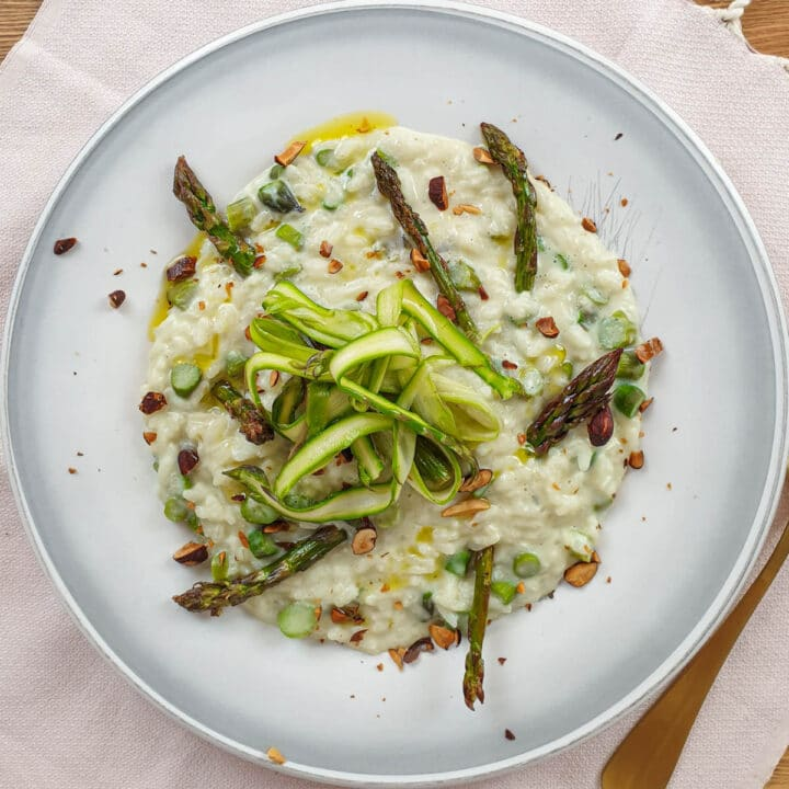 Vegan risotto with asparagus
