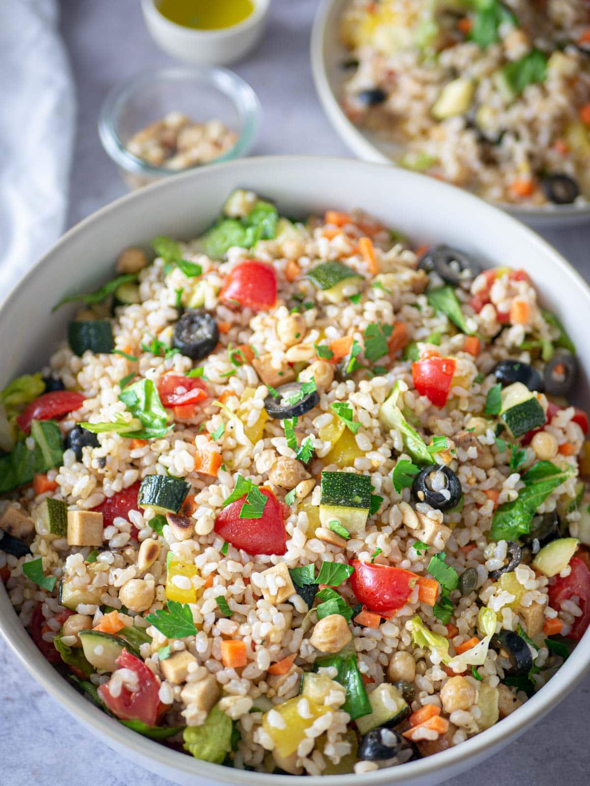 I colori dell'insalata di riso vegana all'Italiana