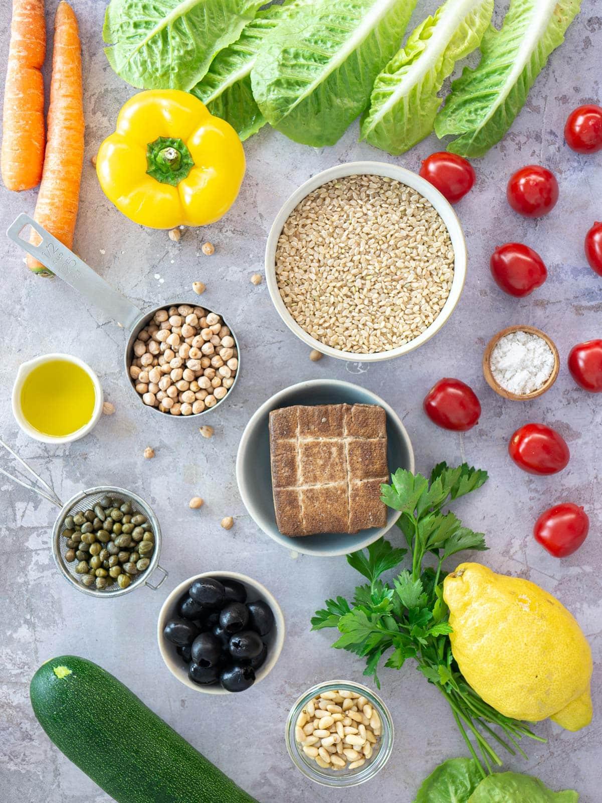 Ingredienti per l'insalata di riso vegana all'italiana