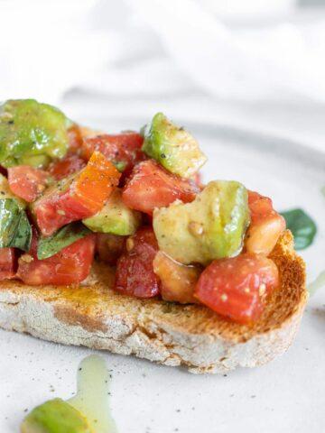 bruschetta pomodoro e avocado