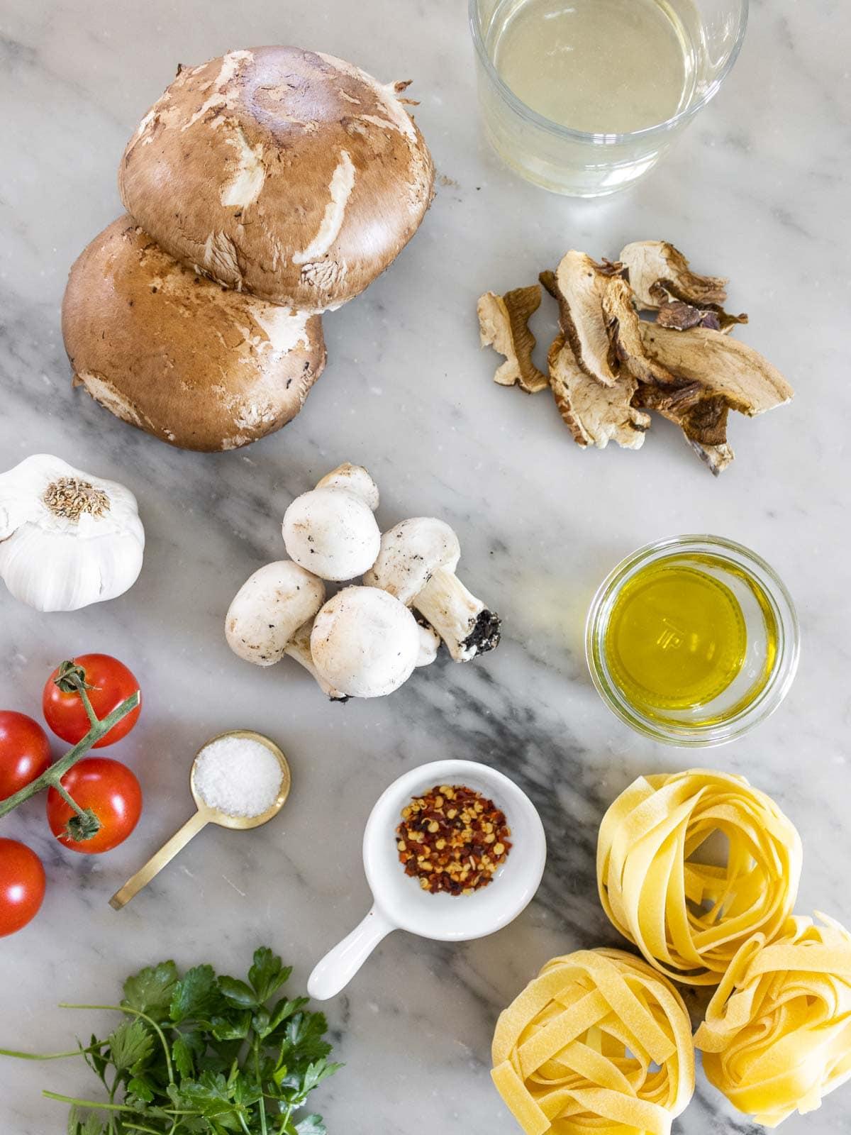 ingredienti su un tavolo di marmo