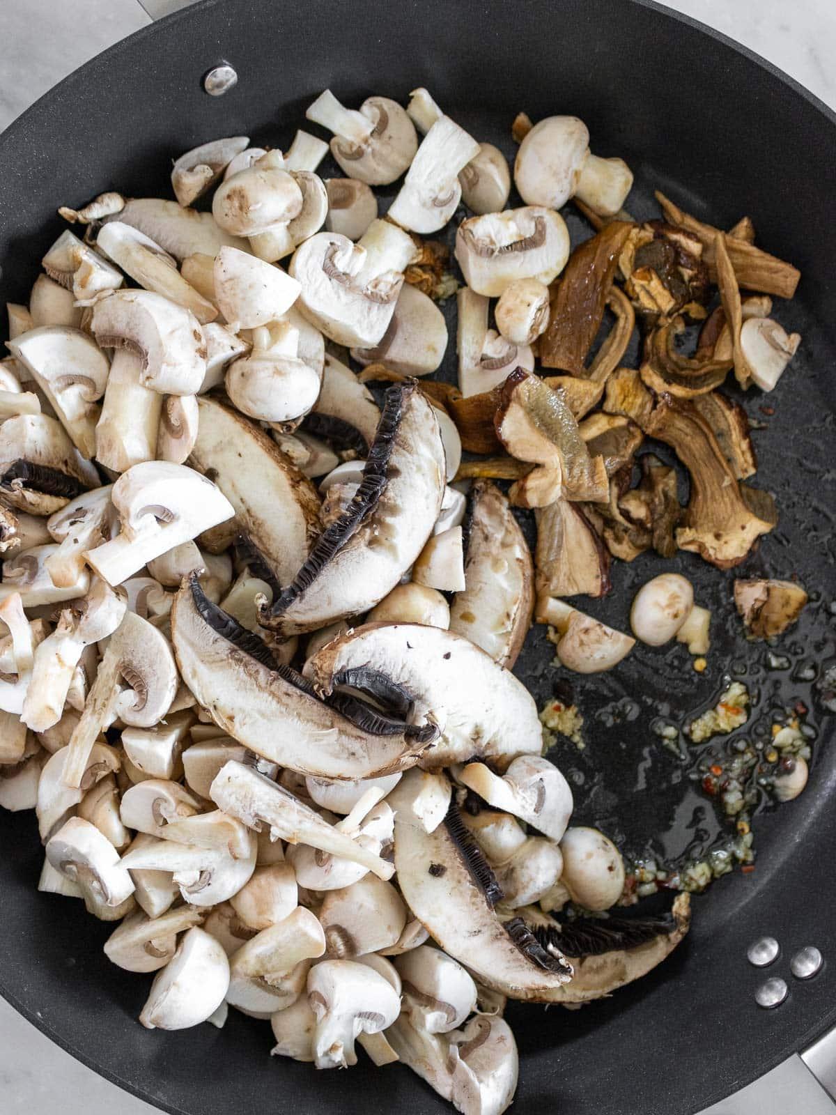friggere i funghi in padella con aglio e olio