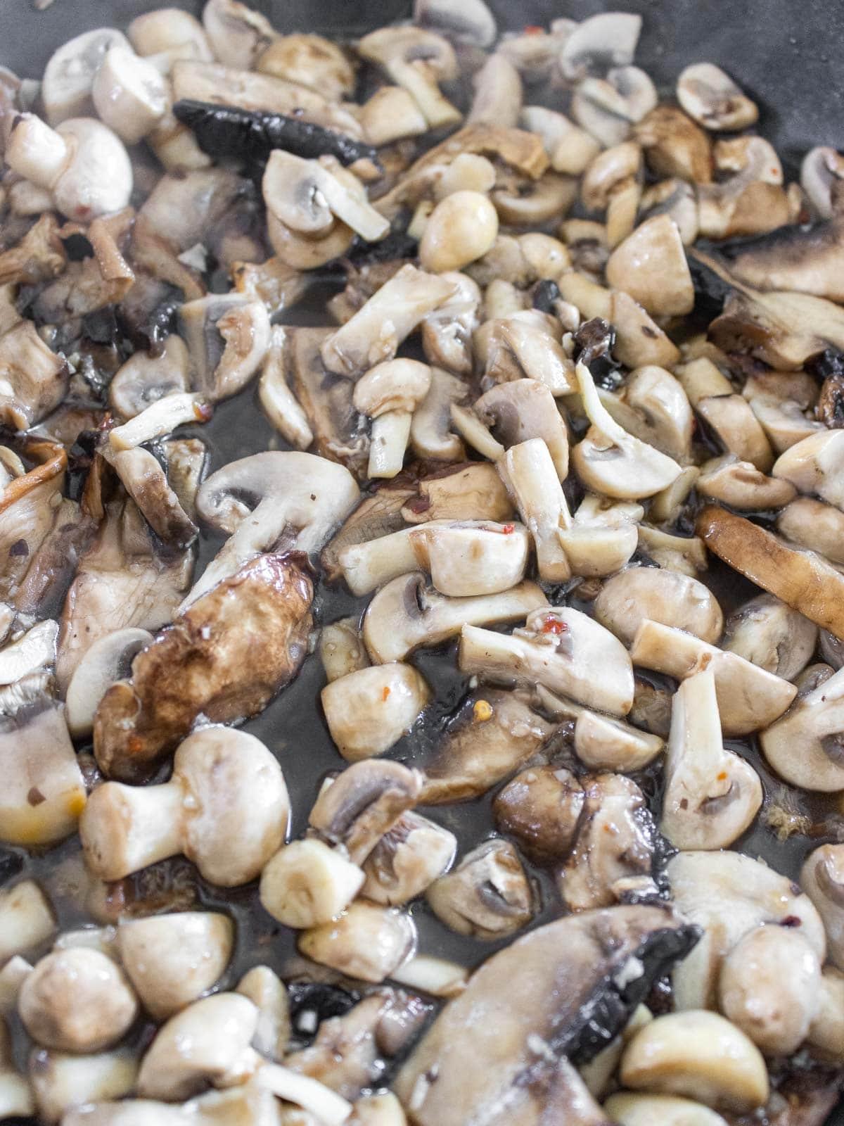 funghi che cuociono in padella