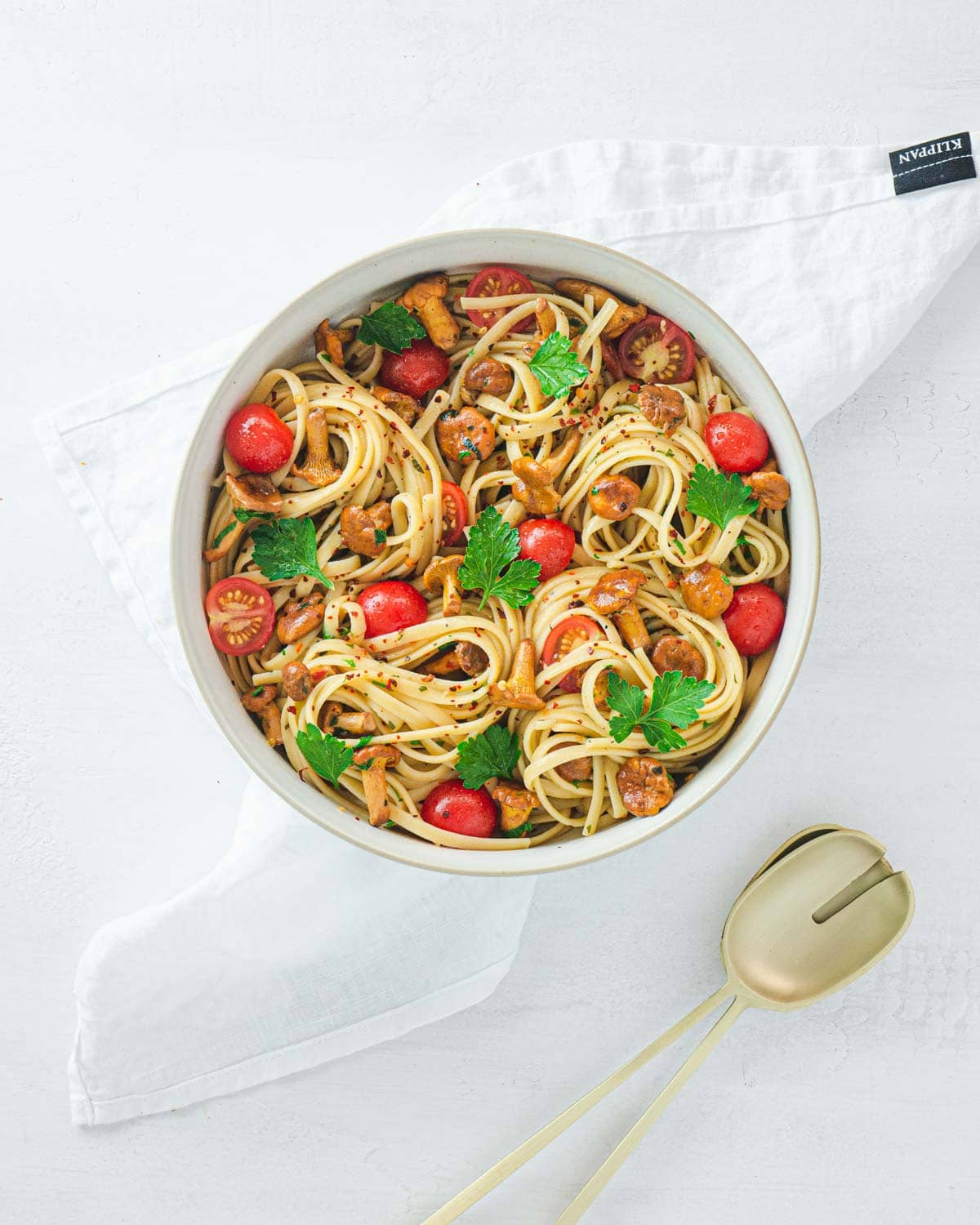Linguine with chanterelle mushrooms, cherry tomatoes and parsley