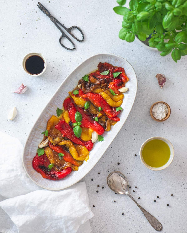 Peperoni arrosto al forno con olio evo, aglio, e basilico