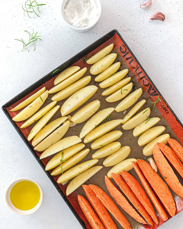 Patate e patate dolci pronte per essere infornate