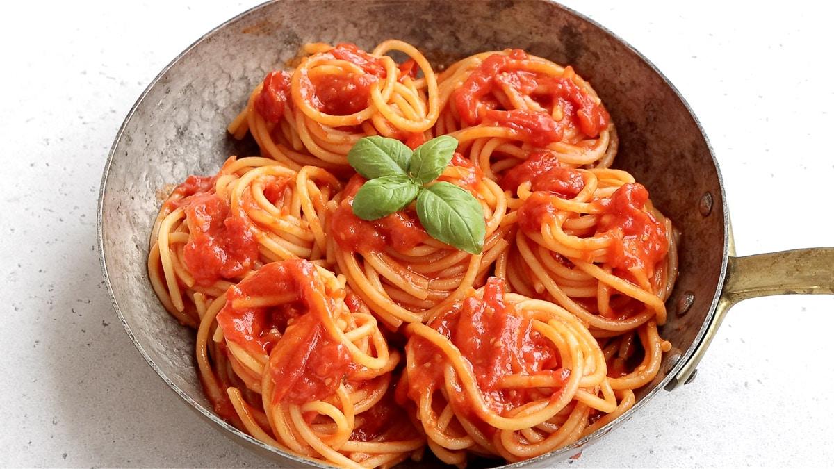 spaghetti pomodoro in a pan