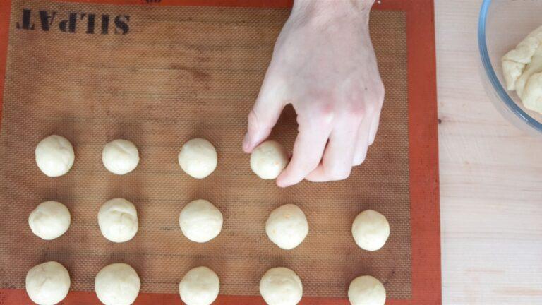dare la forma alle palline delle castagnole