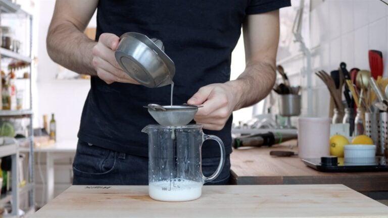 latte di soia e succo di limone in un contenitore alto