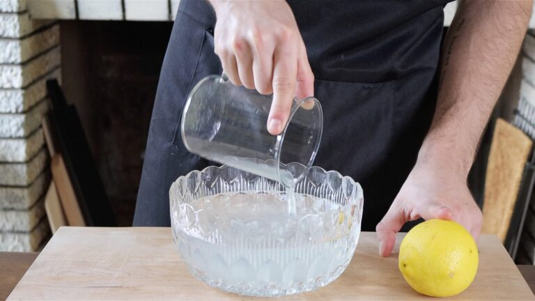 ciotola con acqua e limone