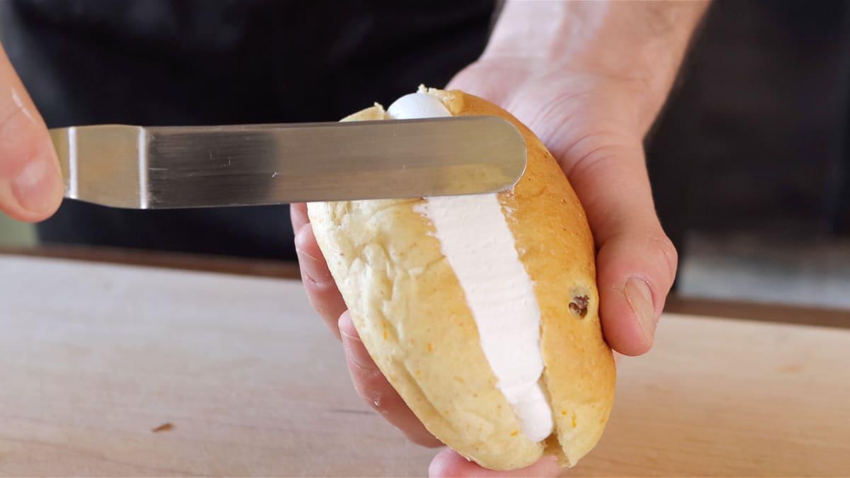 rimozione della panna in eccesso con una spatola