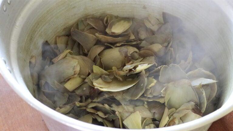 foglie e gambi dei carciofi bolliti in una pentola
