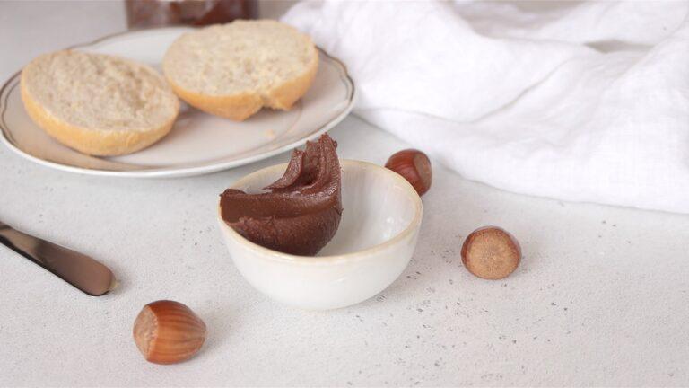 crema di nocciole e cioccolato tipo nutella in una ciotola
