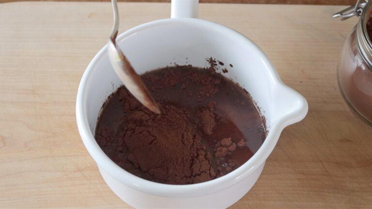 sciolgo il cacao amaro con l'acqua