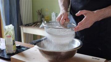 setaccio il lievito e la farina
