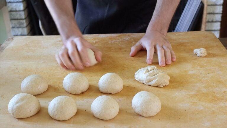 palline di pasta per dare forma al pan brioche vegan