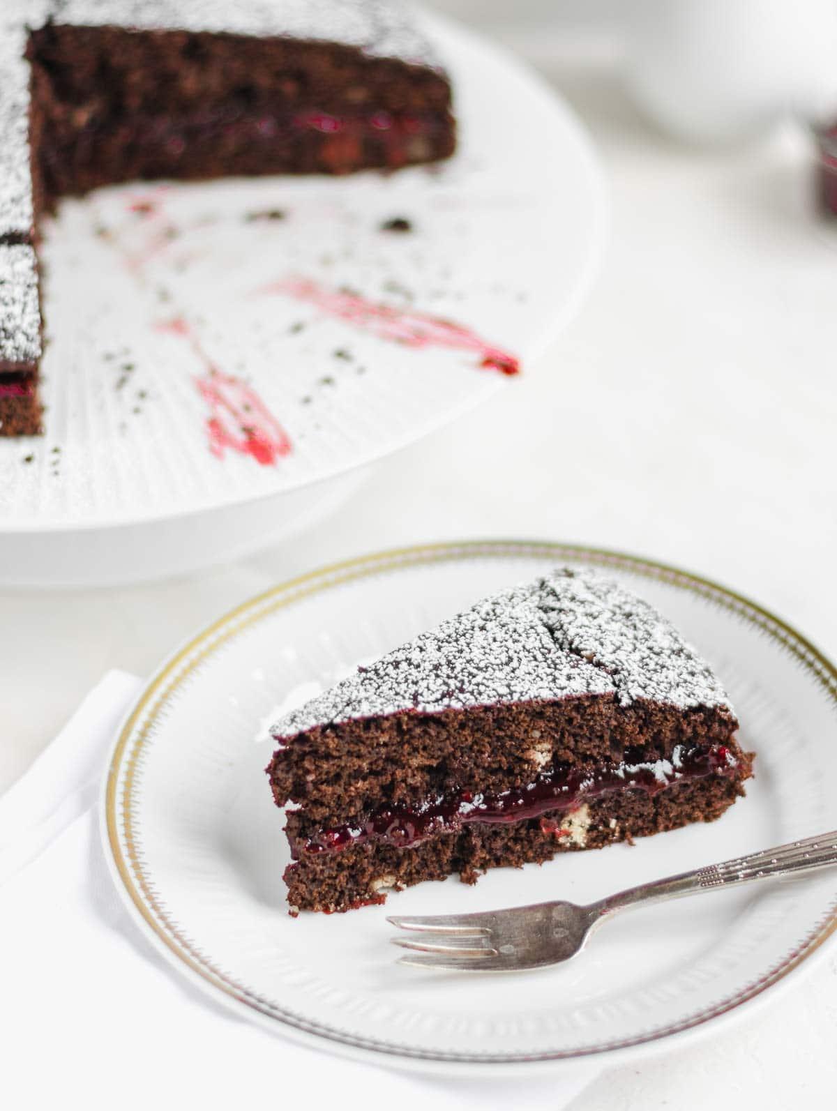 fetta di torta al cioccolato e amarena