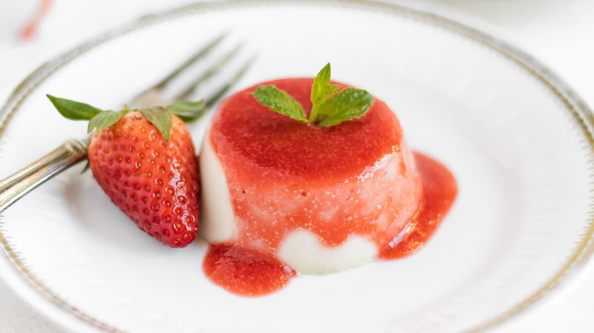 panna cotta senza gelatina fatta in uno stampo di silicone