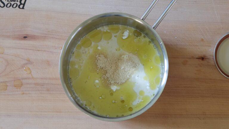 metto gli ingredienti per il formaggio in un pentolino