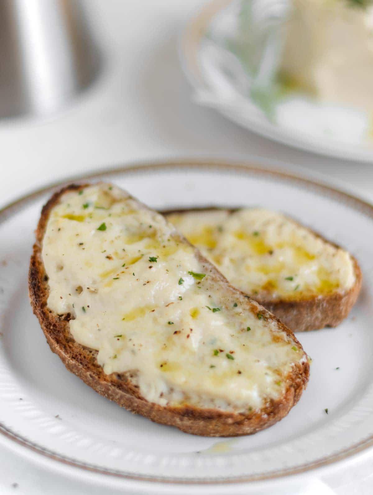 bruschetta with vegan stracchino cheese
