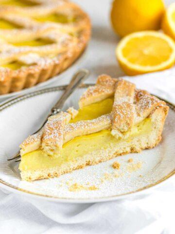 una fetta di crostata al limone