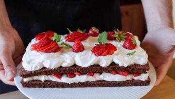 completo la torta con delle fragole sopra