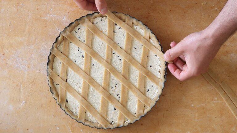 metto le strisce di frolla sulla crostata