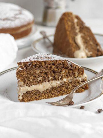 una fetta di torta al caffè con la crema di nocciole che viene fuori