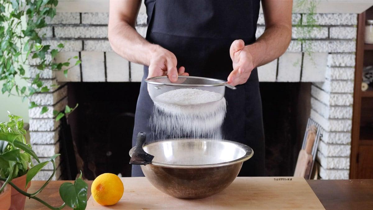 setaccio lievito per dolci e farina nei liquidi
