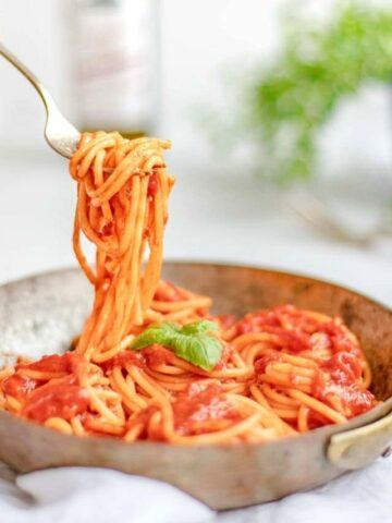 Pasta pomodoro on a fork