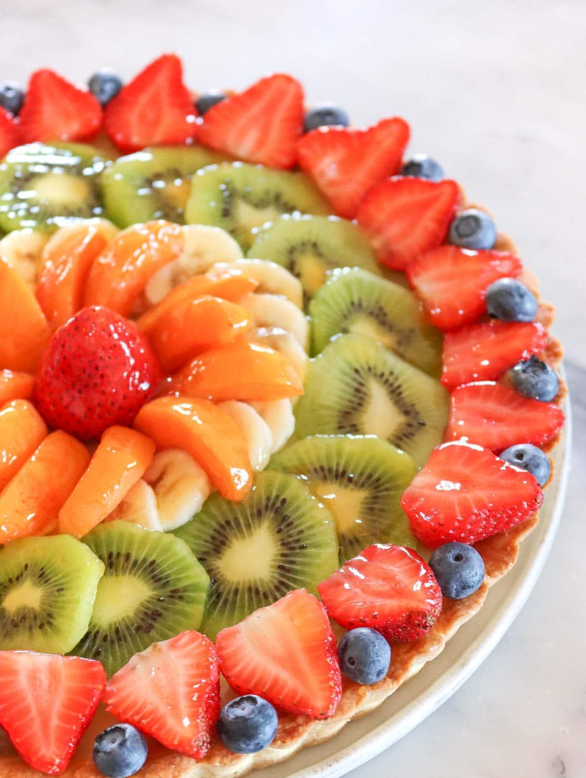 crostata di frutta con crema pasticcera, fragole e mirtilli