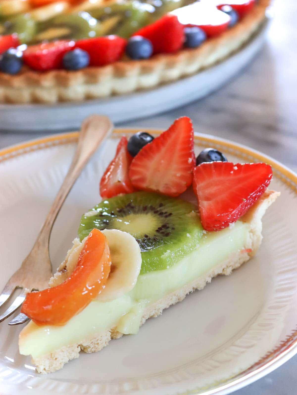 fetta di crostata alla frutta con frutta sopra