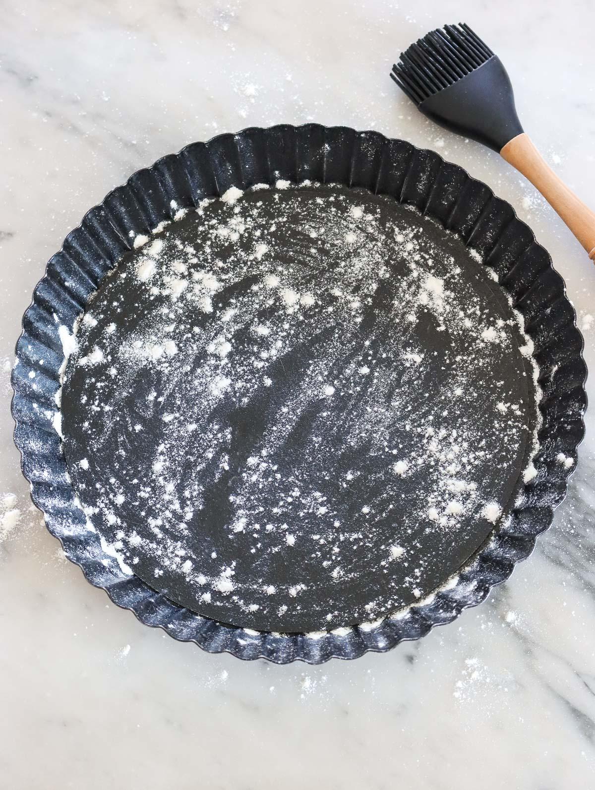 piatto da torta oliato e infarinato