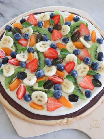 pizza alla frutta su un tavolo di marmo