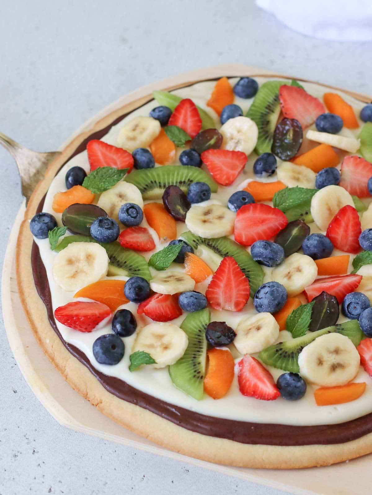 pizza alla frutta con frutta fresca
