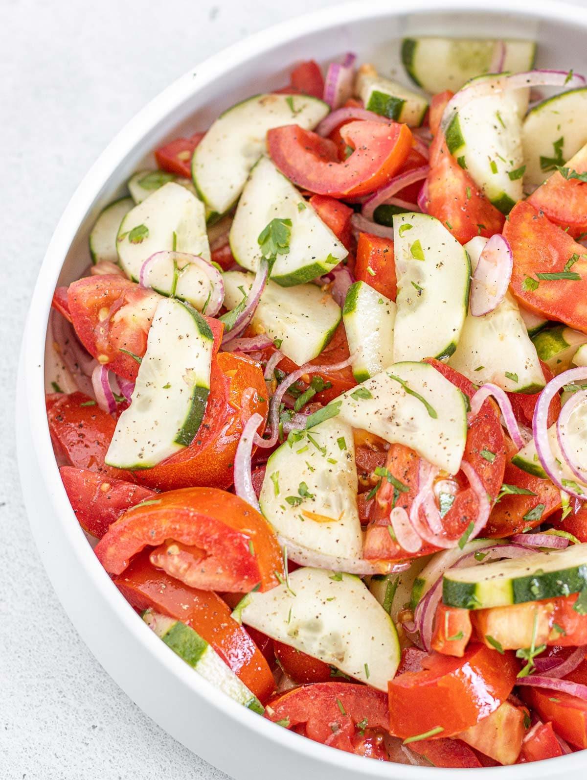 insalata di pomodori, cetrioli e cipolle