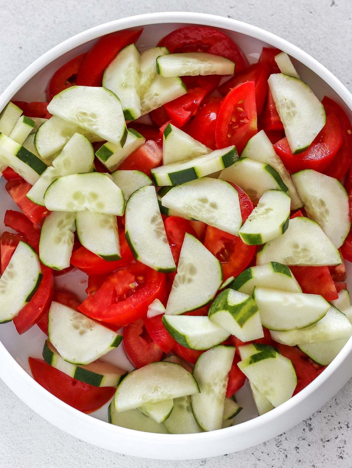 cetrioli e pomodori tritati in una ciotola