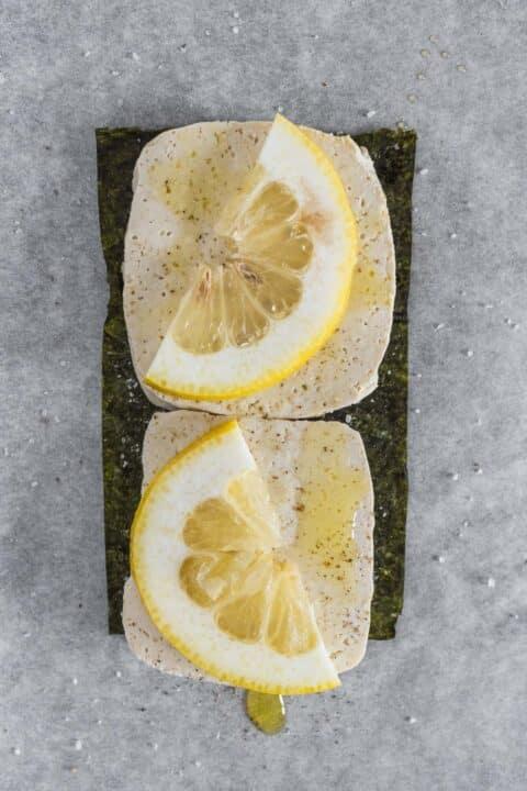 spicchi di limone sul tofu